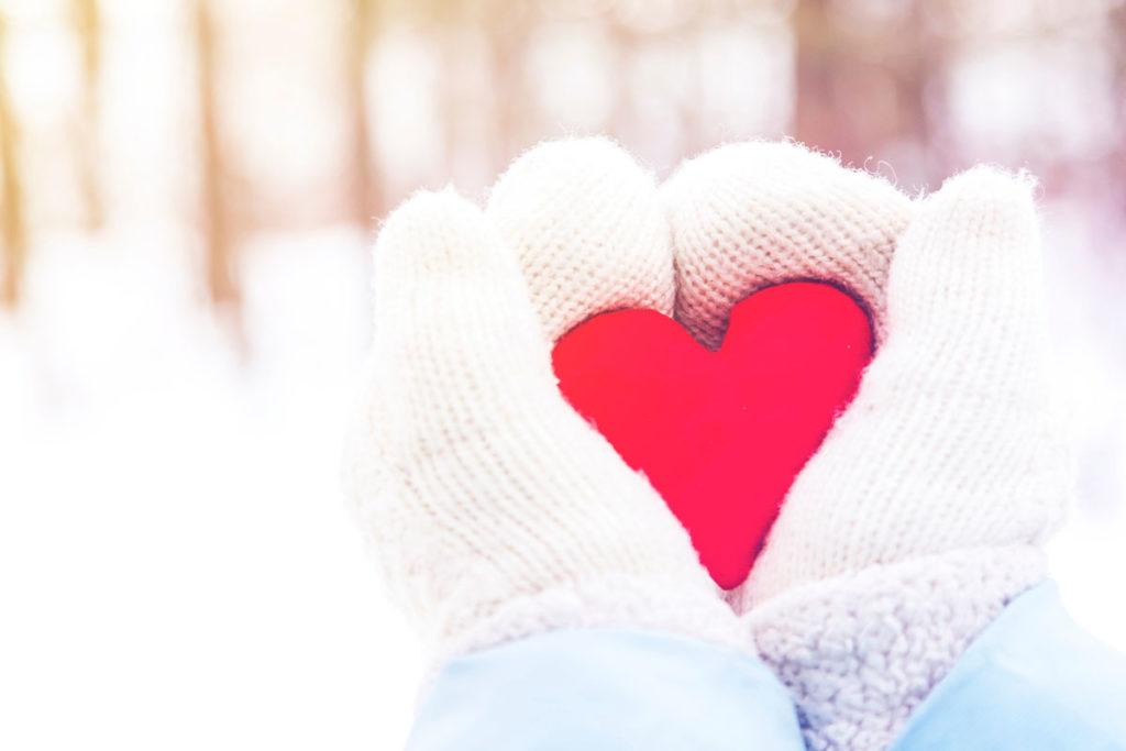 hender med votter holder hjerte