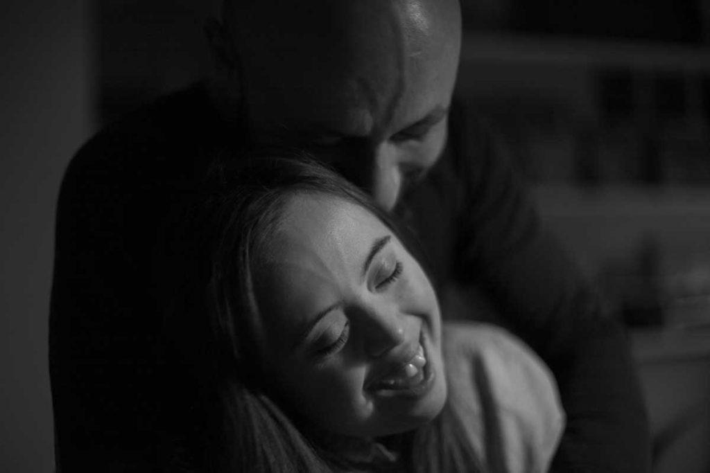 Emilie og pappen hennes Kristoffer Carlin klemmer hverandre. Foto: Nina Viola Sundstrøm