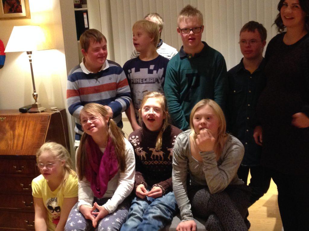 Ungdomsgruppa for Downs i Bærum er samlet til foto.