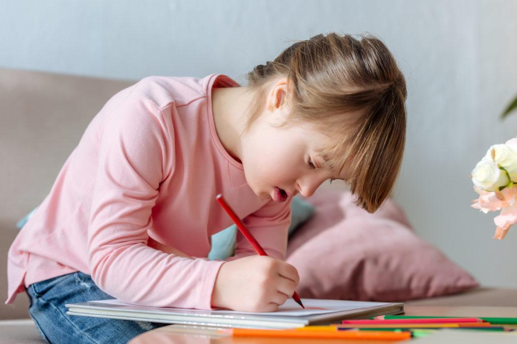 Barn med Downs syndrom fra barneskole som tenger
